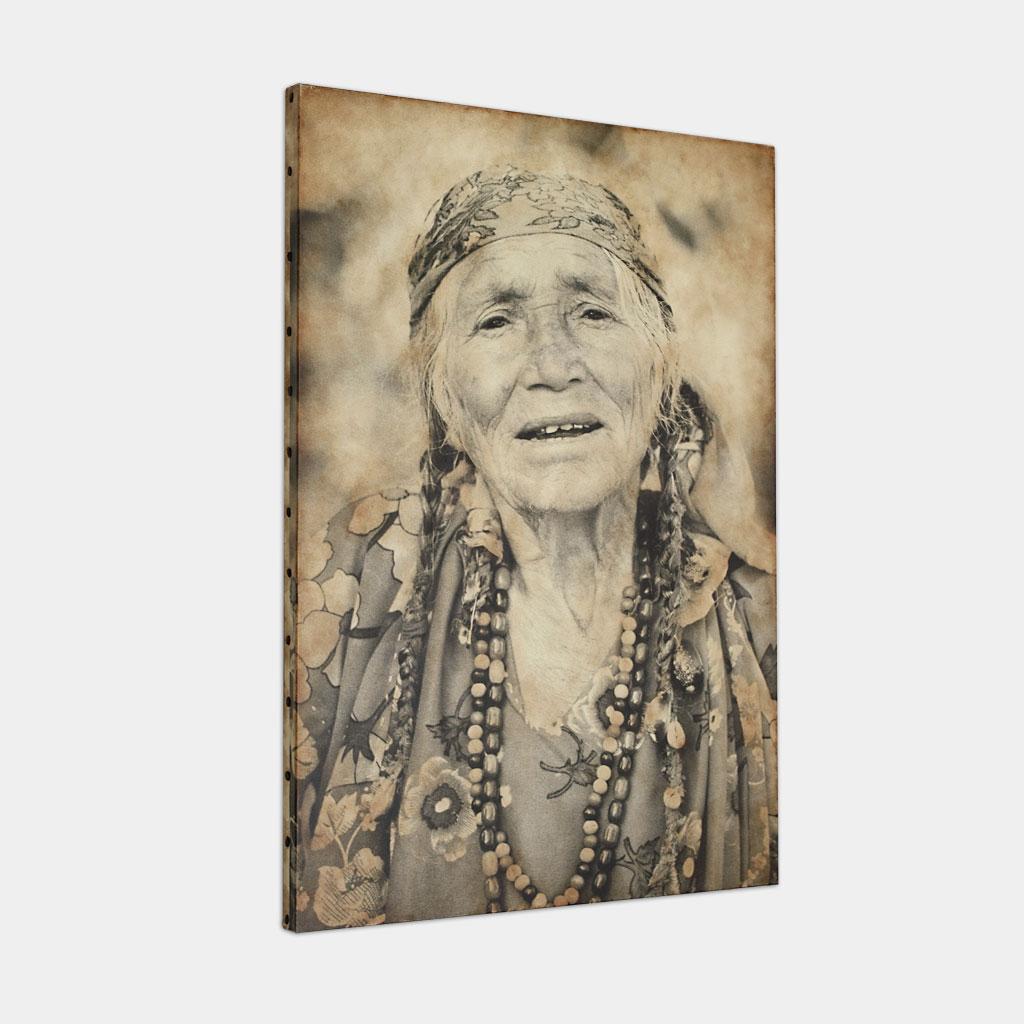伝統的なジプシーのおばあさんの写真 (斜め)