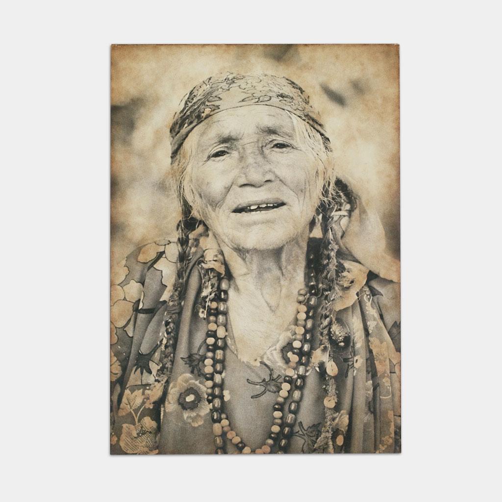 伝統的なジプシーのおばあさんの写真(正面