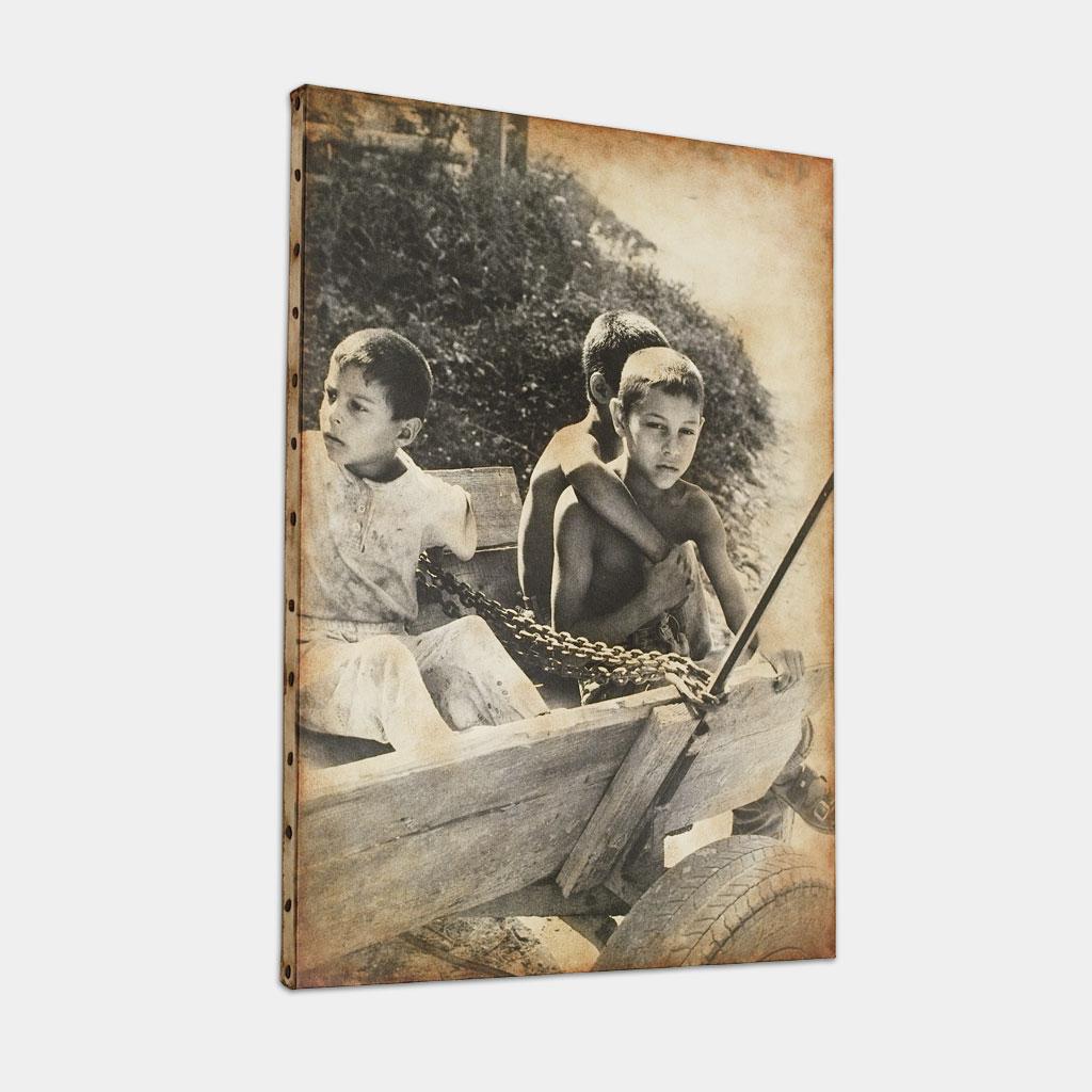 馬車で待つジプシーの子供達の写真 (斜め)