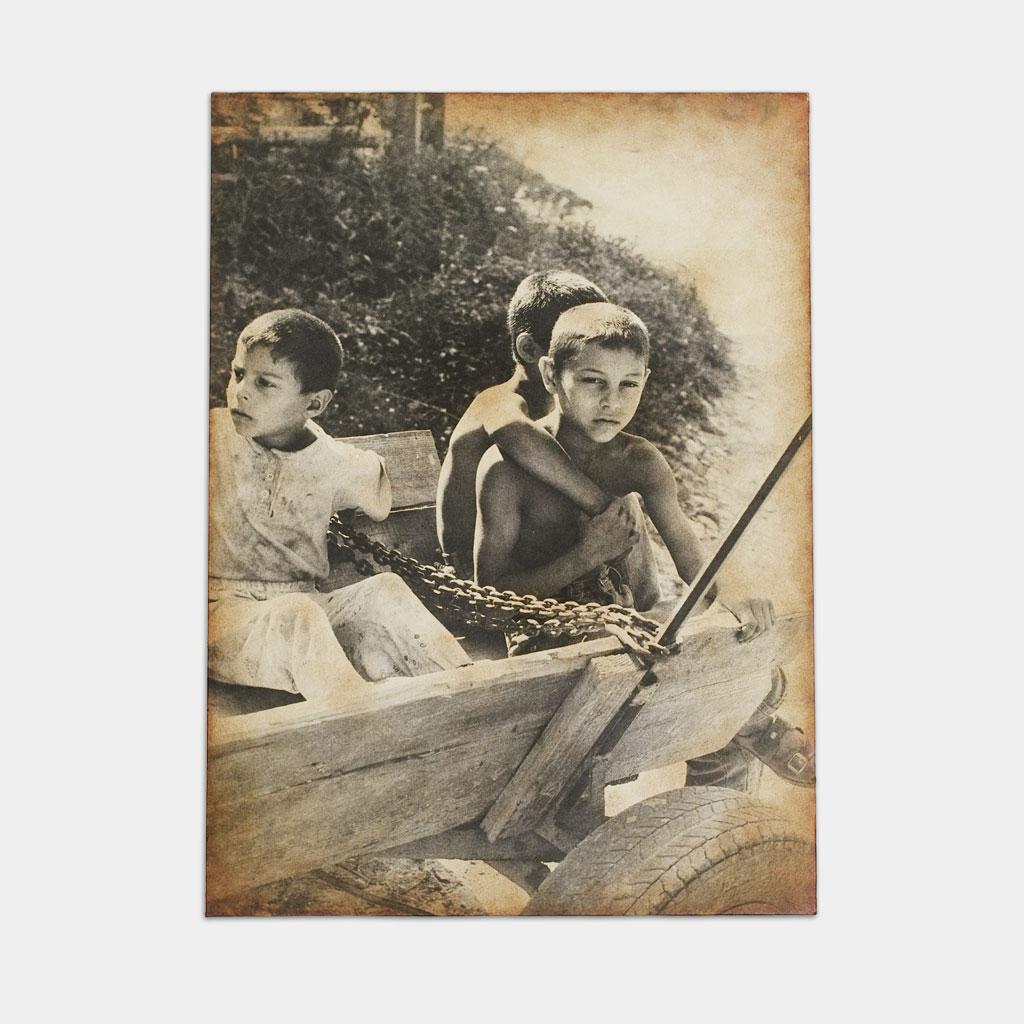 馬車で待つジプシーの子供達の写真(正面)