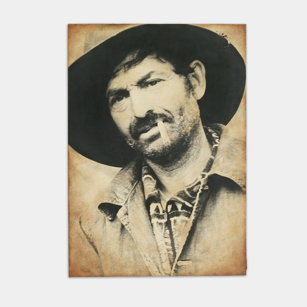 タバコを加えるジプシーの男性の写真(正面)