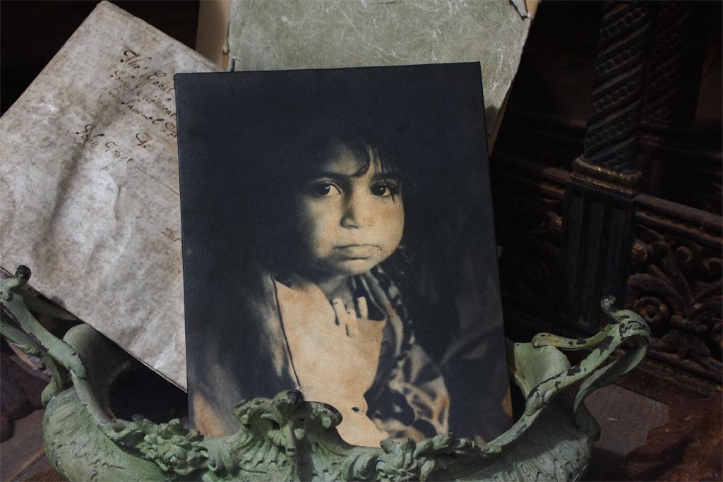 煤で汚れたジプシーの少女の写真