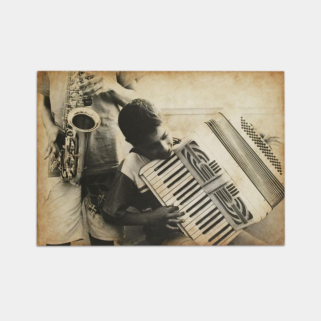 楽器を弾くジプシーの少年の写真(正面)