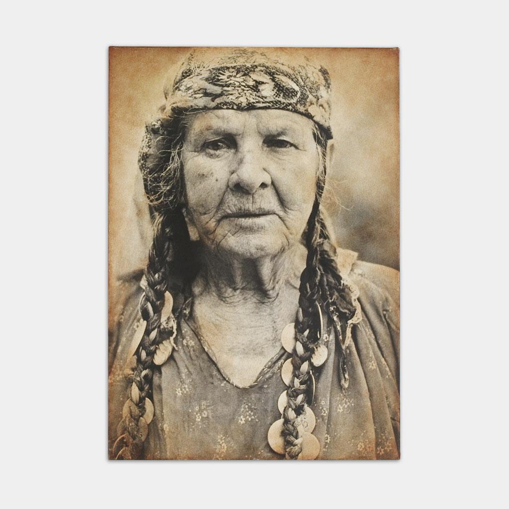 髪にコインをつけた、ジプシーの女性の写真(正面)