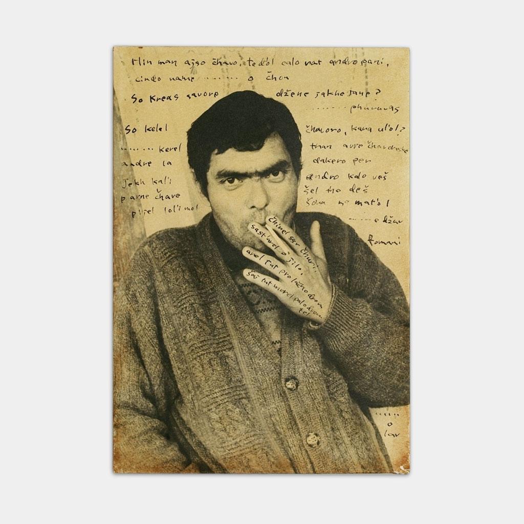 煙草をすっているジプシーの写真